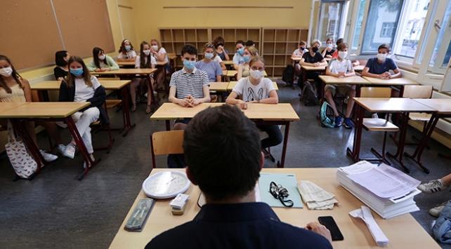 Ülkeler okulların ne zaman ve hangi koşullarda açılacağını tartışıyor
