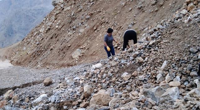 Mersinde heyelanda mahsur kalanların yardımına ekipler yetişti