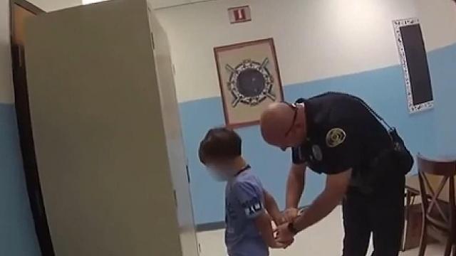 ABD polisinden 8 yaşındaki çocuğa kelepçe