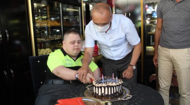 Polislerle denetim yapan down sendromlu Ahmete doğum günü kutlaması