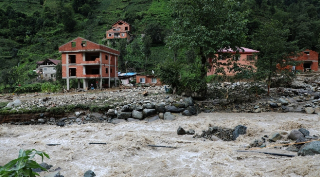 Rizede kuvvetli yağış hayatı olumsuz etkiledi