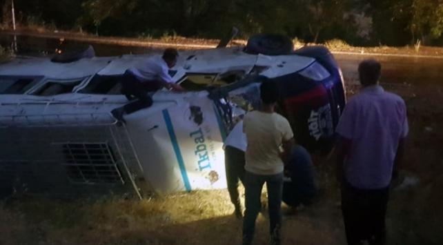 Adıyamanda işçilerin taşındığı minibüsle kamyonet çarpıştı: 12 yaralı
