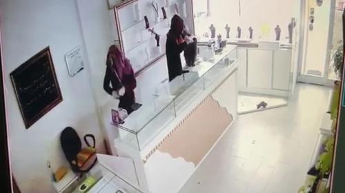 Kadın kılığındaki hırsızların kuyumcu soygunu kamerada