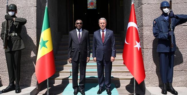 Bakan Akar, Senegalli mevkidaşı ile bir araya geldi