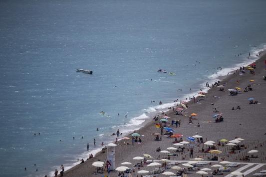 Antalyada sıcaktan bunalanlar denizde serinliyor