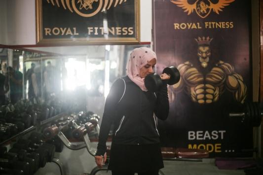 Gazzede vücut geliştirme sporuna gönül veren genç avukat, ön yargıları aşarak kadınlara öncülük ediyor