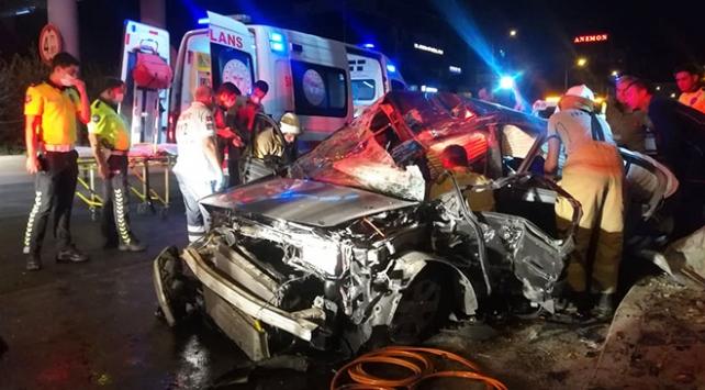 Otomobil üst geçide çarptı: 1i ağır 3 yaralı