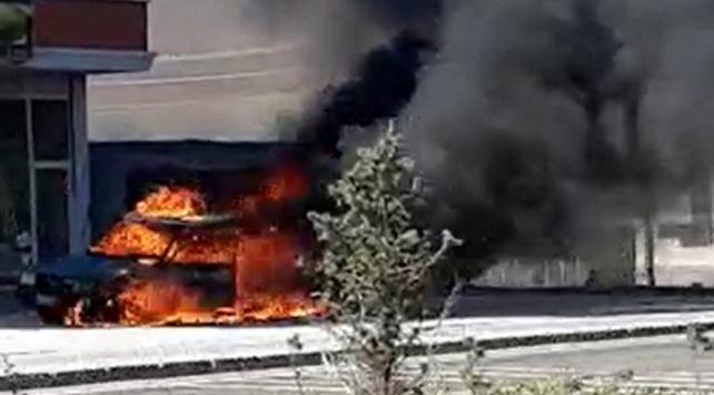 Sivas'ta park halindeki araç yandı