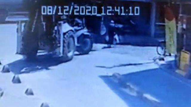 Sokakta manevra yapan kepçe yaşlı kadına çarptı