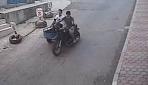 Seyir halindeyken üzerinden atladıkları motosiklet kuryeye çarptı