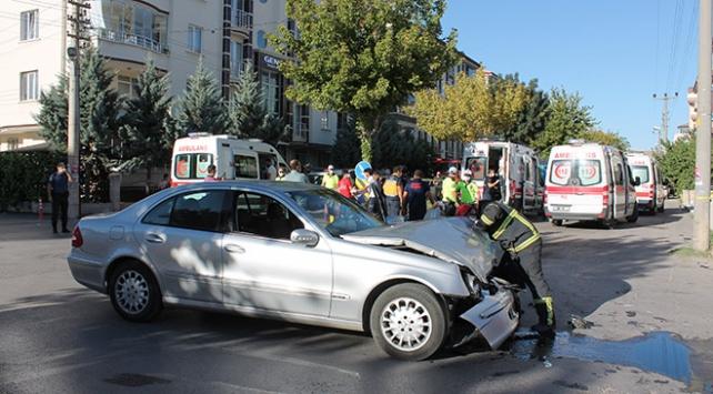 Aksarayda minibüs ile otomobil çarpıştı: 12 yaralı