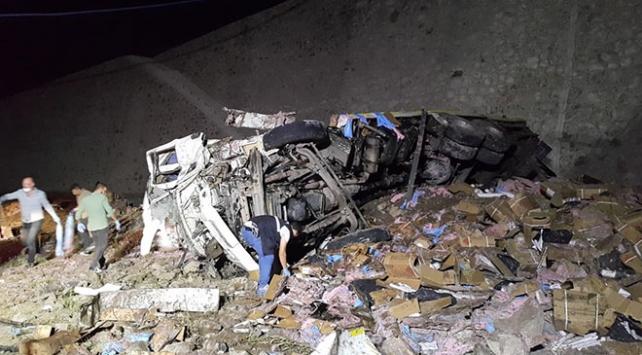 Erzurumda dinamit yüklü kamyon devrildi