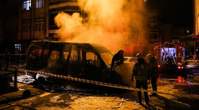 Küçükçekmece'de servis minibüsü yandı
