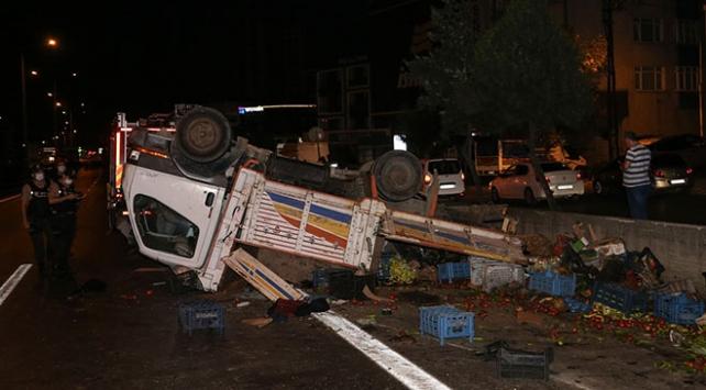 Pendik'te sebze yüklü kamyonet ile otomobil çarpıştı: 5 yaralı