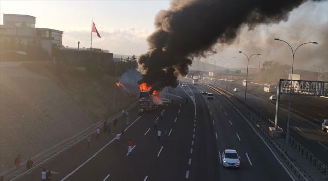 Kocaelide seyir halindeki yolcu otobüsü yandı