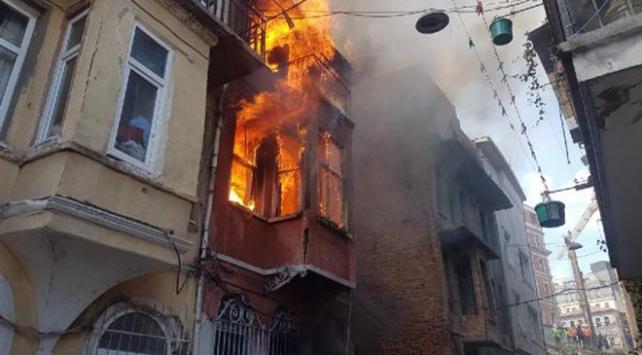 Beyoğlunda bir evde çıkan yangın söndürüldü