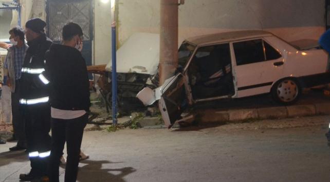 Kütahyada otomobil elektrik direğine çarptı: 4 yaralı
