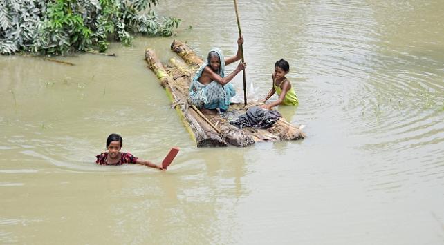 Hindistandaki sellerde yüzlerce kişi hayatını kaybetti