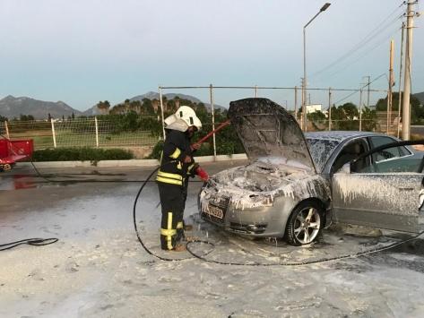 Muğlada akaryakıt istasyonunda alev alan otomobilde hasar oluştu