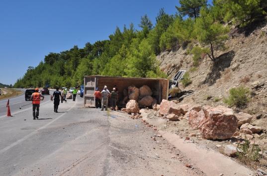 Antalyada devrilen hafriyat kamyonunda sıkışan sürücü itfaiye ekiplerince kurtarıldı
