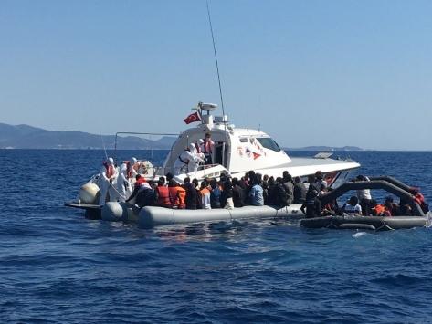 İzmirde Türk karasularına geri itilen 125 düzensiz göçmen kurtarıldı