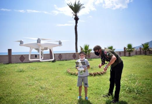 Eğitim verilen Mersinli çocuklar ilk kez drone uçurmanın heyecanını yaşıyor