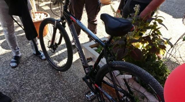 Çalınan bisikletin satışta olduğunu gördü, satın almaya polisle gitti