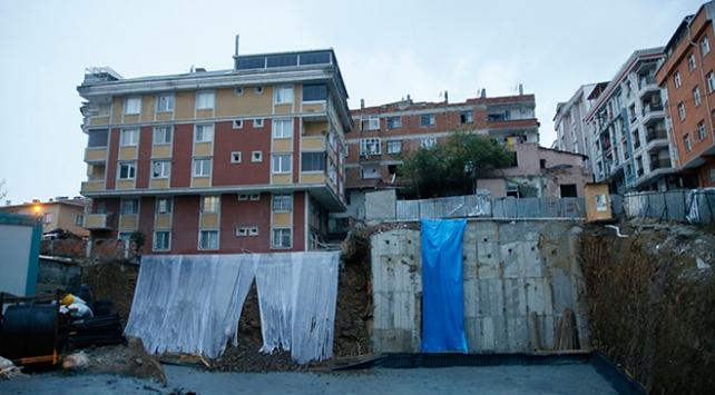 Gaziosmanpaşada toprak kayması nedeniyle bir bina tahliye edildi