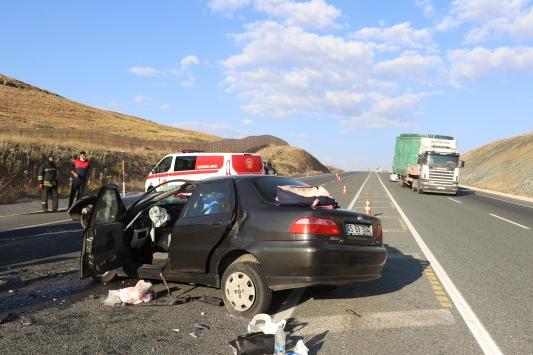 Erzincanda otomobil tıra arkadan çarptı: 2 ölü, 4 yaralı