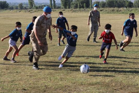 Çocuklar forma isteyince komutan hem formaları hem komando timini alıp maça geldi
