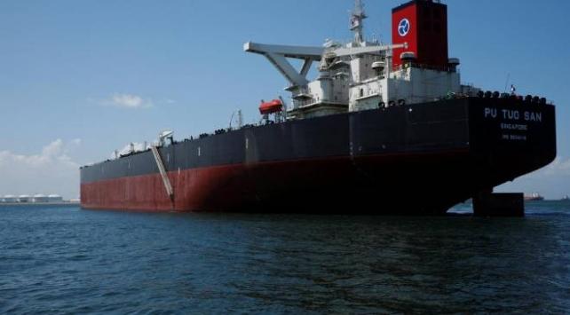Malezya, kara sularında demir atan Singapur gemisini alıkoydu