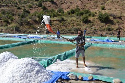 Geleneksel yöntemlerle kaya tuzu üretiyorlar