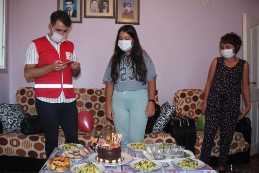 Türk Kızılaydan çölyak hastası Berfine doğum günü sürprizi