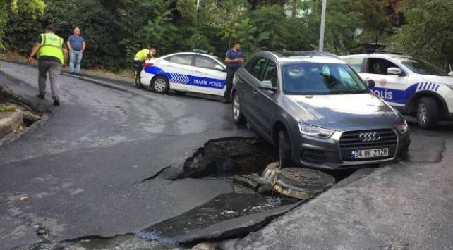Beşiktaşta yol çöktü, otomobil çukura düştü
