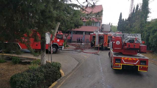 Kocaelide döküm fabrikasında çıkan yangına müdahale ediliyor