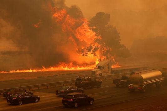 California, tarihinin en büyük yangınlarından biriyle karşı karşıya
