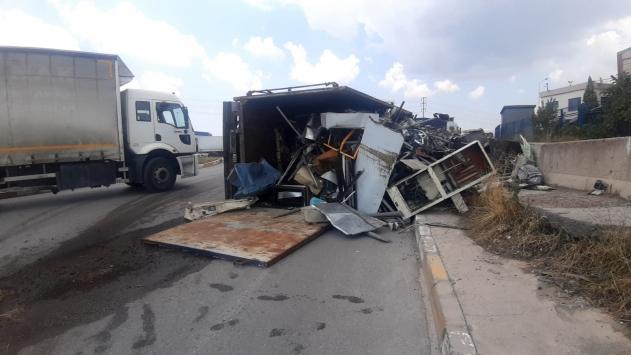 Gebzede hurda yüklü kamyonun devrilmesi sonucu sürücü yaralandı