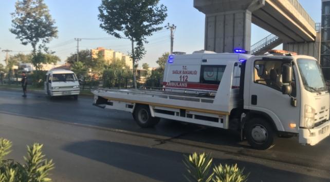 Antalyada minibüs ile otomobil çarpıştı: 2 yaralı
