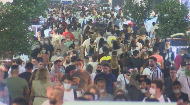 İstiklal Caddesinde sosyal mesafe ve maske kuralına uyulmadı