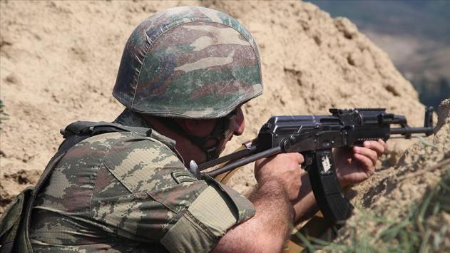 Azerbaycan askerleri Ermeni komutanı esir aldı