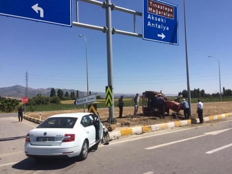 Konyada ehliyetsiz sürücünün kullandığı traktör ile otomobil çarpıştı: 4 yaralı