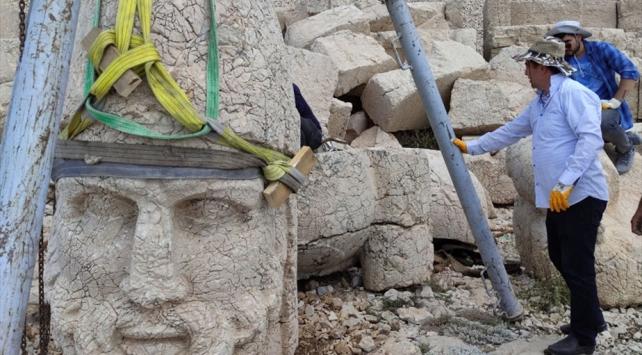 Nemrut Dağındaki 2 bin 60 yıllık heykel devrilmekten kurtarıldı