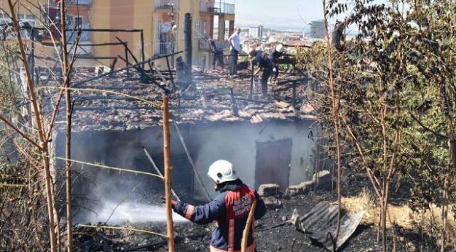 Malatyada otluk alanda yangın: 2 ev zarar gördü