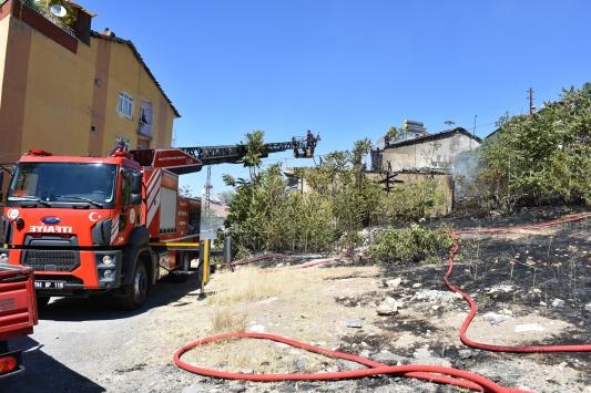 Malatyada otluk alanda çıkan yangında 2 ev zarar gördü