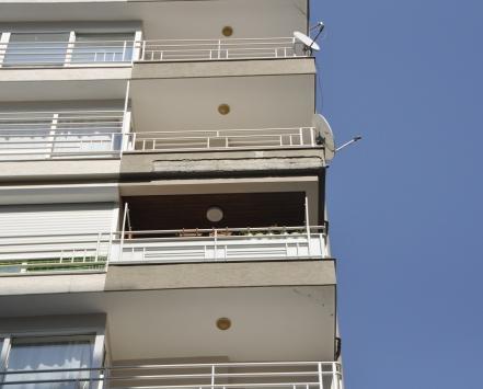 Adanada balkondan düşen sıva parçasıyla yaralanan veteriner hayatını kaybetti