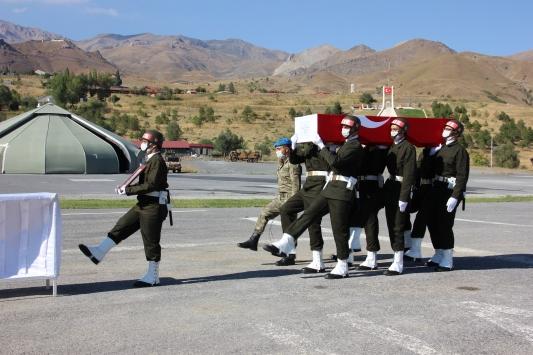 Hakkaride yüksekten düşerek şehit olan asker için tören