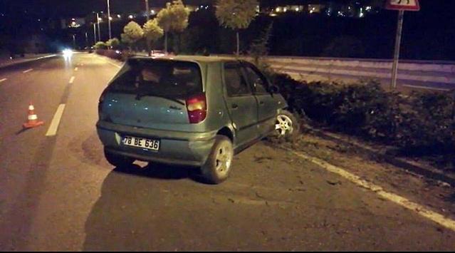 Refüje çarpan otomobildeki iki kişi yaralandı