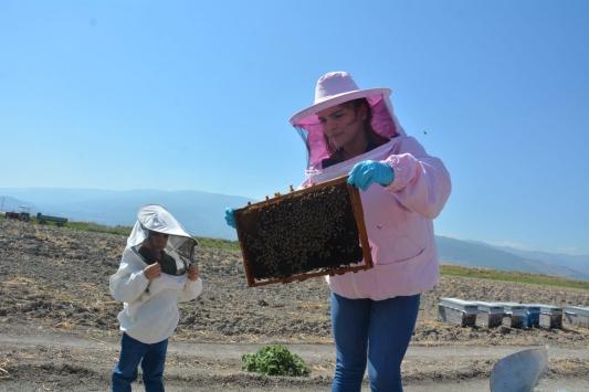 Çocuklarına doğal bal yedirmek için arıcılığa başlayan kadın işletme kurdu