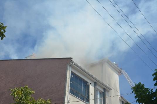 Karamanda 3 katlı binanın çatısında çıkan yangın hasara yol açtı