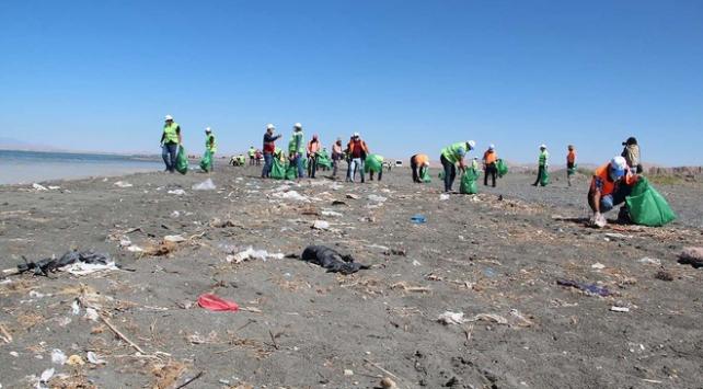 Van Büyükşehir Belediyesi fidanlık sahilinden 28 ton çöp topladı
